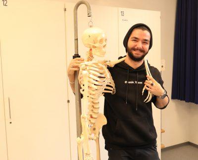 Schüler mit Skelett